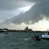 По судоходному каналу, Венеция