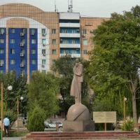 Ул. Сулейменова. Памятник влюблённым, Тараз