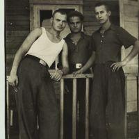На крыльце барака. Аркалык, июль 1956 г., Аркалык