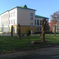 Каменец Деревянные скульптуры возле школы, Каменец