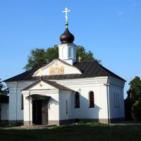 Современная церковь Трёх Святителей великих возле храма Покрова на Нерли, Боголюбово