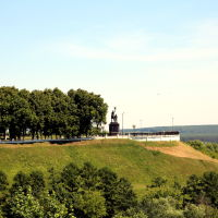 Вид на памятник святителям Владимирской земли, Владимир