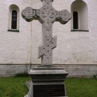 Крест на месте родовой усыпальницы князей Пожарских и Хованских в Спасо-Ефимиевском монастыре, Суздаль