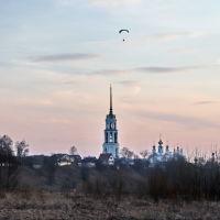 Парапланеристы над колокольней Воскресенского собора., Шуя