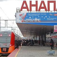 Посадка на пассажиров на Ласточку Анапа-Краснодар. Железнодорожный вокзал Анапа. Январь 2020 г., Анапа