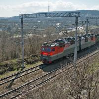 Грузовой поезд на фоне пос. Верхнебаканский, март 2019 г., Верхнебаканский