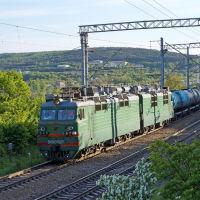 Грузовой поезд на фоне пос. Верхнебаканский, май 2019 г., Верхнебаканский