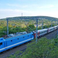 Поезд № 378 Новороссийск-Москва на фоне пос. Верхнебаканский, май 2019  г., Верхнебаканский