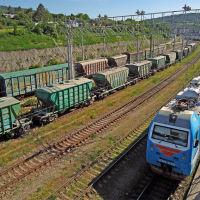 Поезд № 326 Новороссийск-Пермь прибывает на станцию Тоннельная, май 2019 г., Верхнебаканский
