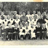 школа в центре Ильского. 1961,(первый класс) кого уж нет, а кто далече., Ильский