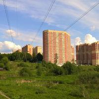Монгоэтажные дома на ул. Бережок (слева частные дома на ул. Левый берег Скалбы (05.2016), Ивантеевка