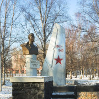Памятник герою Советского Союза генерал-майору авиации Острякову Н.А. 1911 - 1942, Артем