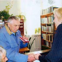 Вручение юбилейной воинской медали. Цух Николай Яковлевич(1927-2012) - труженик тыла. Фото 2010 г., Мокроус