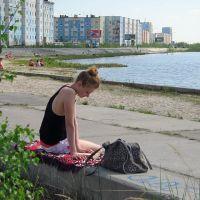 Надым, ЯНАО. Девушка с книгой у о.Янтарного, Надым