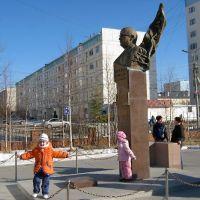 Надым, ЯНАО. Памятник В.Стрижову на одноименном бульваре, Надым