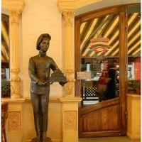 Памятник юному кондитеру у дверей кондитерской Игоря Бондаренко в Старом Пассаже, Мукачево