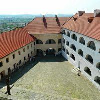 Древний замок Паланок, двор среднего замка(вид с верхнего замка), Мукачево