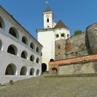 Древний замок Паланок, вид со двора среднего замка на башню с часами, Мукачево