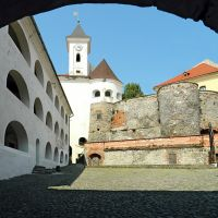 Древний замок Паланок, двор среднего замка, Мукачево