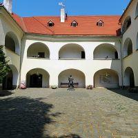 Древний замок Паланок, двор верхнего замка, Мукачево
