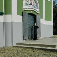 Монашка у дверей Свято-Николаевского храма женского монастыря, Мукачево
