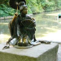 Женская скульптура у китайского мостика дендропарка Александрия, Белая Церковь
