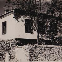 Берислав. Во время раскулачивания (розкуркулення) этот дом был забран силой у работящего хозяина. В нем открыли школу №2., Берислав
