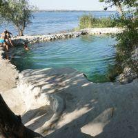 Искусственный бассейн заполненный проточной родниковой водой, Новая Каховка