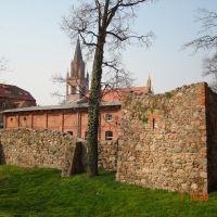 Stadtmauer mit Marienkirche im Hintergrund, Нойебранденбург