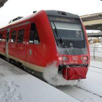 Ein IRE  Zug im winterlichen Bahnhof von Plauen, Плауэн
