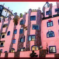 Magdeburg - Hundertwasserhaus, jedes Fenster ist anders, Магдебург