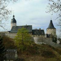"""Schloss Altenburg  - Blick auf den Bergfried der ehem. Burg den""""Hausmannsturm""""(links) & den Wehr- und Wohnturm """"Flasche"""" genannt (rechts), sowie die spätmittelalterliche Zwingermauer, Альтенбург"""