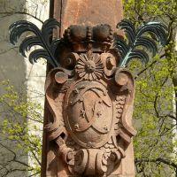 Schloss Altenburg  -  Blick auf das Wappen über Herkules am Obelisk an der Schlossauffahrt, Альтенбург
