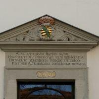 Altenburg - Blick auf das Wappen und die Inschrift am Eingang des Pfarramts der Brüderkirche, Альтенбург
