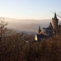 Wernigeröder Schloss mit Brocken im Hintergrund, Вернигероде