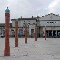 Gotha Hauptbahnhof - Vorplatz mit Stelen von Ulf Hegewald, Гота