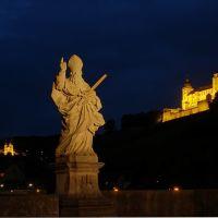 St. Kilian mit Veste Marienberg und Käppele von Alter Mainbrücke bei Nacht, Würzburg, Вюрцбург