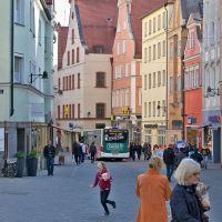 Egyszercsak megjelent egy busz a sétálóutcán - szép lassan, csendben, mintha csak ő maga is gyalogos lenne, Ингольштадт