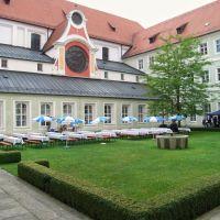 Innenhof Dominikanerkloster, jetzt Regierung von Niederbayern, Landshut, Ландсхут
