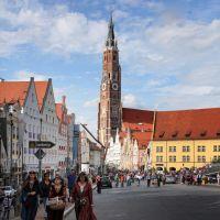 Edeldamen auf dem Weg zum Zehrplatz mit Martinskirche, Landshut, Ландсхут