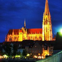 Regensburg Cathedral from Steinerne Brücke in the night, Регенсбург