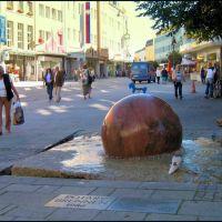 Kugelbrunnen oder auch Rotary Brunnen in der Hofer Altstadt im Regierungsbezirk Oberfranken, Хоф