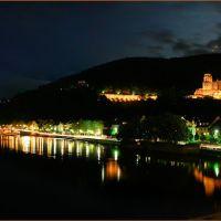 Mondaufgang über dem Heidelberger Schloss und Neckarufer, gesehen von der Alten Brücke, Хейдельберг