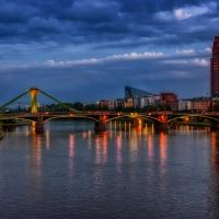 Blaue Stunde: Blick auf die Ignatz-Bubis-Brücke, Франкфурт-на-Майне