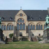 Goslar, Kaiserpfalz mit den Reiterstandbildern von Kaiser Wilhelm I und Kaiser Friedrich Barbarossa. Links im Hintergrund ist eine Kopie des Braunschweiger Löwen zu sehen., Гослар