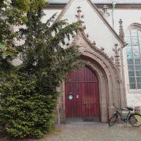 Nostálgica vieja bicicleta, canasto incluido, que espera en un lugar de lujo en la ciudad imperial de Goslar. (Casa 1716)----------Nostalgic old bicycle, basket included, waiting in a luxurious place in the imperial city of Goslar.(House 1716), Гослар