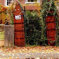 """""""Das Tor zur Unterwelt!"""" So die amtliche Bezeichnung für dieses Tor aus dem Jahre 1898. Durch Senkungsschäden steht es so schief., Лунебург"""