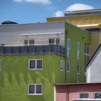 Blick auf farbige Neubauten, Кайзерслаутерн