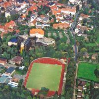 Sportplatz und Rathaus, Ален