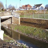 Restaurierte historische Mauer, wiederentdeckt bei der renaturierung der Emscher, Весел